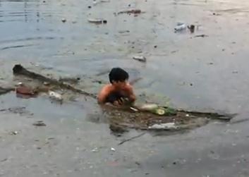 ロシアの洪水で溺れ死にそうおな子犬を助けた少年