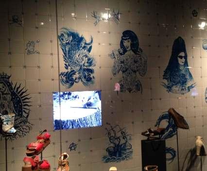 Schuhabdrücke_in_Antwerpen_Anna_Szermanski_Belgien_Mode_Museum_Ausstellung_Schuhe_Vivienne_Westwood_Louboutin_Kanye_West_Adidas_Sneaker_Superstar_Stan_Smith_11