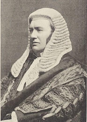 hakim senior Inggris memakai wig penuh pengadilan yang lebih rendah.