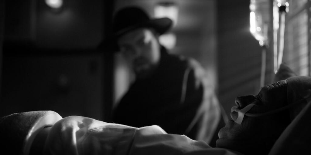 Tom Burke è Orson Welles in Mank, film Netflix di David Fincher sullo sceneggiatore di Quarto Potere