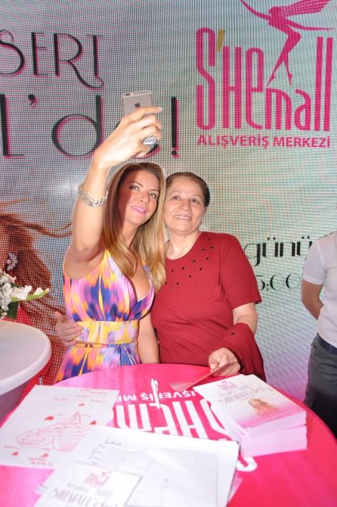 İvana Sert hayranları ile bol bol selfie yaptı (1)