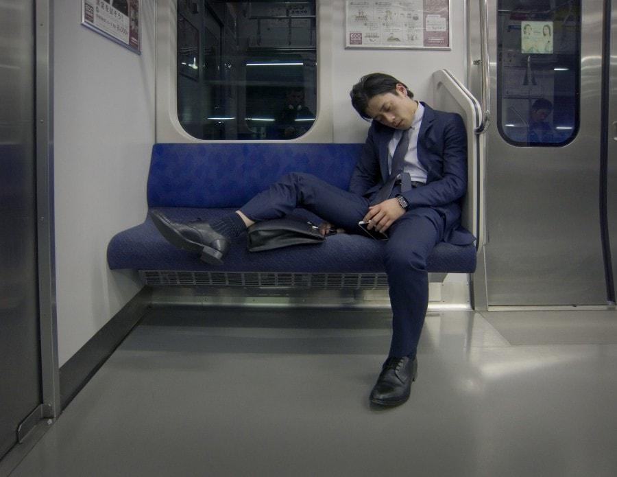 Japanilaiset nukkuvat julkisissa.