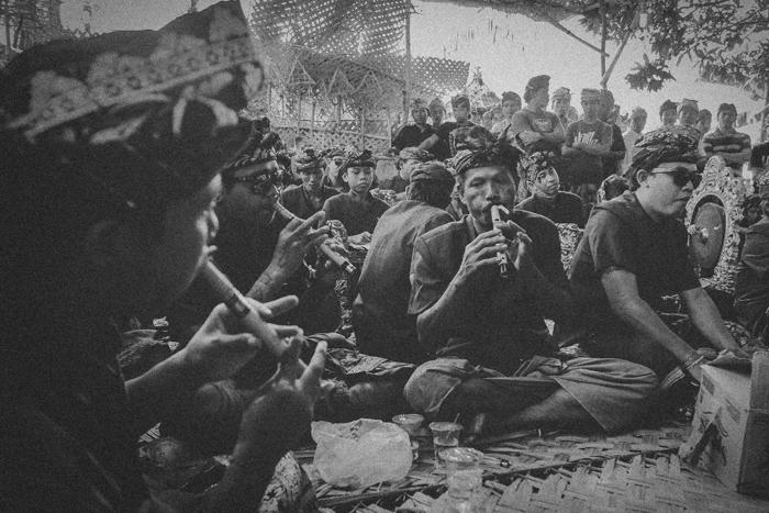 Apel Photography - Street Photography - Journalist Photographers - Bali Masive Cremationan Ceremony - Ngaben di Nusa Penida - Bali Monochrome Photographers (16)