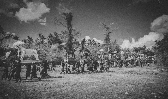 Apel Photography - Street Photography - Journalist Photographers - Bali Masive Cremationan Ceremony - Ngaben di Nusa Penida - Bali Monochrome Photographers (27)