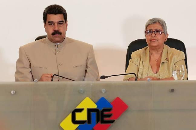 El Presidente Nicolás Maduro junto a la Presidenta del Consejo Nacional Electoral, Tibisay Lucena