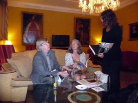 Kari, Nel and Eva in the lounge
