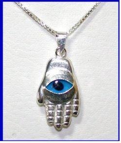 الخرزة الزرقاء ترد عيون الحساد من أكثر الخرافات انتشارًا في المنطقة العربية