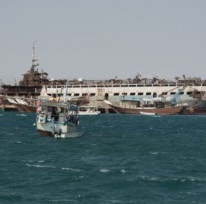 Small boats and old wrecked ships litter the harbor of Berbera, Somaliland, Aug. 16, 2016. (J. Patinkin/VOA)
