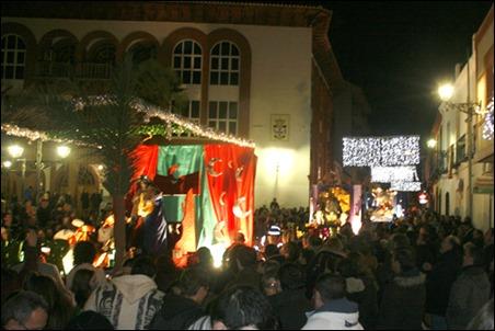 Los Reyes Magos de oriente tomaron las calles de Argamasilla de Calatrava ante un público muy numeroso que les recibió con gran ilusión