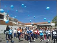 """Los niños y niñas de Argamasilla de Calatrava muestran su solidaridad con la carrera solidaria """"Gotas para Niger y una suelta de globos"""