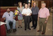 El homenajeado el pasado año, junto a la alcaldesa y otros concejales, así como familiares