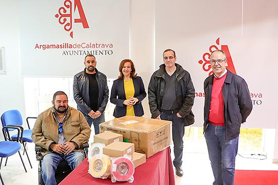 El Ayuntamiento aporta al IES 'Alonso Quijano' una impresora 3D y todos los accesorios necesarios para su utilización