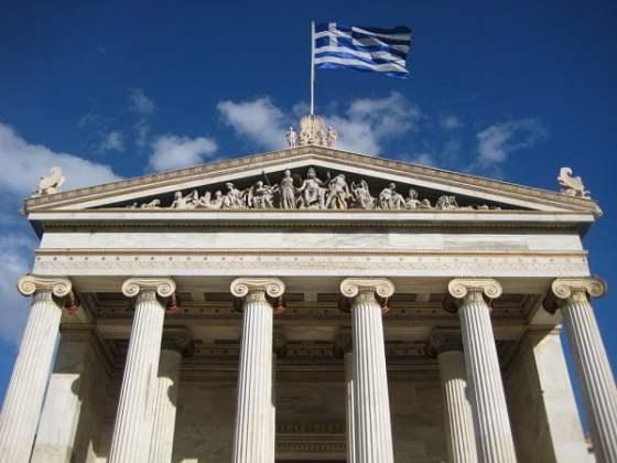 La parte superior del edificio de la Academia Nacional de Grecia en Atenas, mostrando el frontón con esculturas.