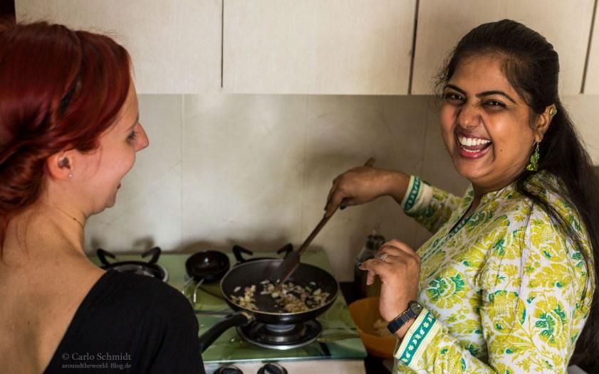 Monica und Franzi haben spass beim Kochen