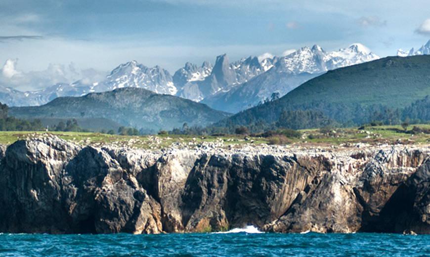 Vista impresionante desde el mar hasta los Picos de Europa con Naranjo de Bulnes