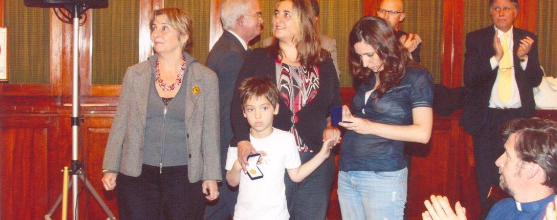 Lola Aragón (derecha) recibe la medalla del Banco de la Nación Argentina