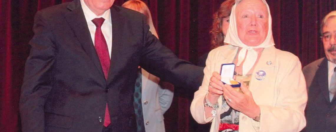 Nora Cortiñas, Madres de Plaza de Mayo Línea Fundadora, recibe medalla homenaje del BNA en nombre del padre de Roberto