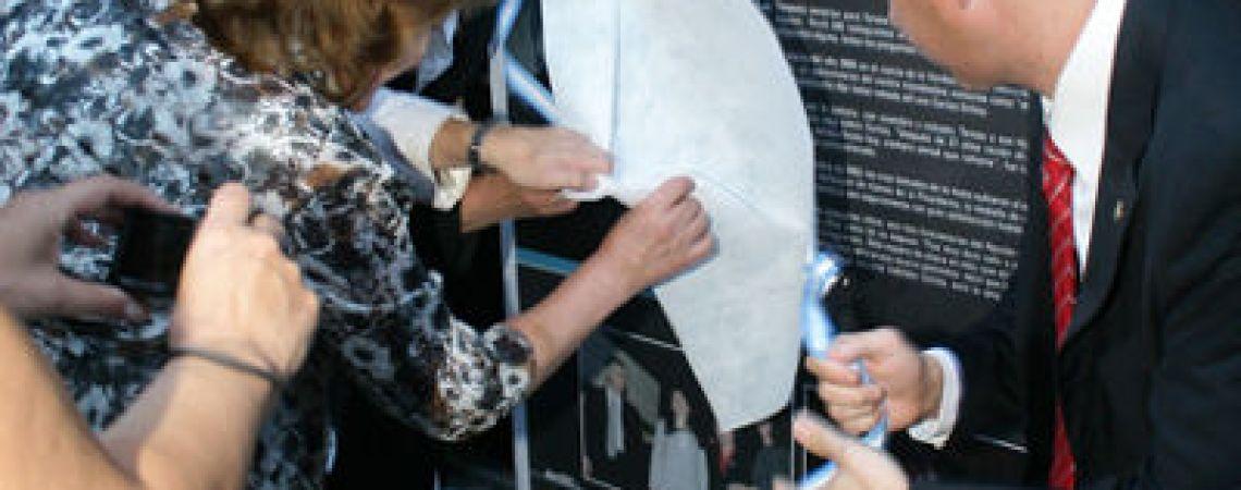 Esposa e hijos descubriendo la baldosa en el BNA