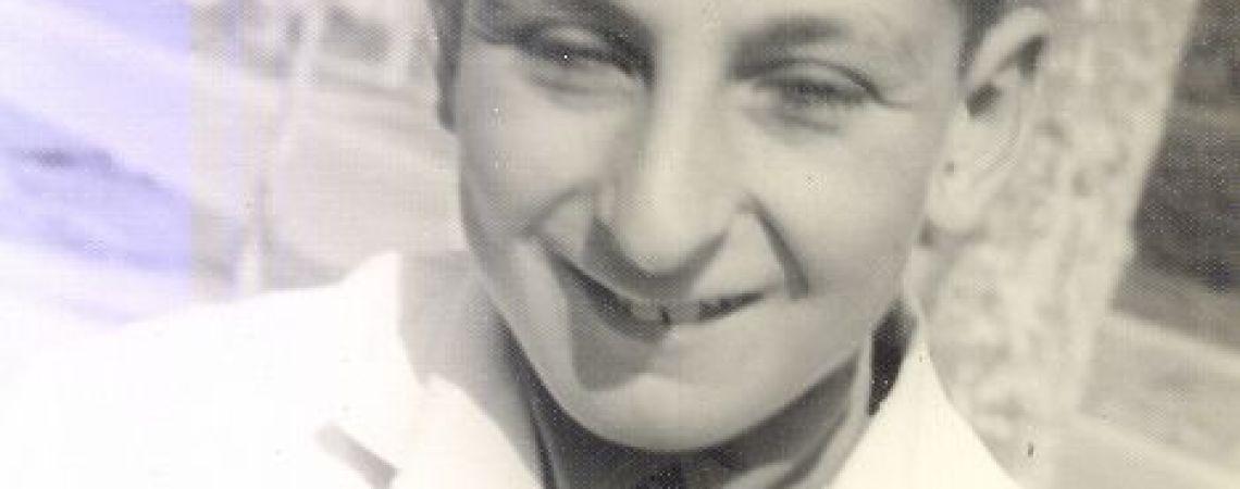 Juan Carlos con guardapolvo escolar