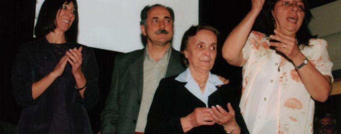 La mamá, Hugo su hermano y Delia Barrera, compañera de trabajo al recibir la medalla del BNA