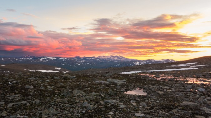 Sunset with Norwegian mountains in the backgorund. Photo: Mattias Nyström.