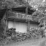 Nebengebäude mit verziertem Holzbalkon