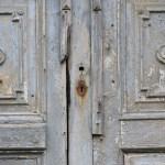 Eingangstüre zu einem verfallenden Mühlengebäude