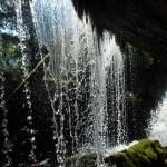 Blick durch einen Wasserfall