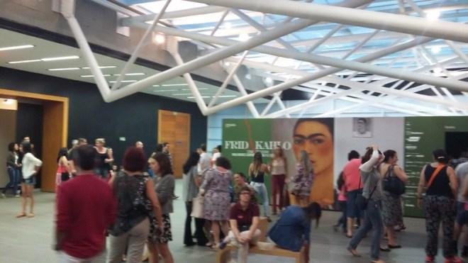 Público entre as salas da exposição