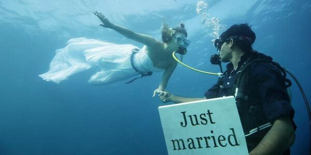 crazy weddings: underwater wedding