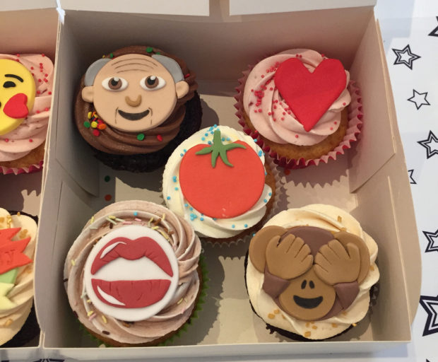 Emojis: Cupcakes with emoji decoration