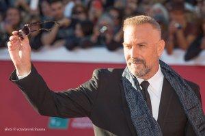 evin Kostner saluta il pubblico dal red carpet del Festival Internazionale del Cinema di Roma. Credits Octavian Micleusanu
