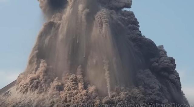 Το ηφαίστειο Krakatoa εκρήγνυται σε μια εντυπωσιακή μεγάλη έκρηξη με μια μικρή πλευρική έκρηξη στις 17 Οκτ 2018