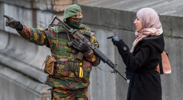 Soldato per le strade di Bruxelles. Foto Geert Vanden Wijngaert