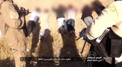 武装組織イスラム国(IS)は先月、昨年8月のヤズディ教徒虐殺の映像を公開。「アッラーを信じぬヤズディ教徒に審判を下す」と虐殺を正当化した。ヤズディ教徒の多いシンジャルの隣町、タラファルにはシーア派が暮らしていたが、彼らは「異端の輩徒」などとして多数が殺害されている。スンニ派イスラム教徒のなかには、こうした虐殺に心を痛め、脱出を手助けした住民もいる。(写真の一部をぼかしています)(IS映像より)