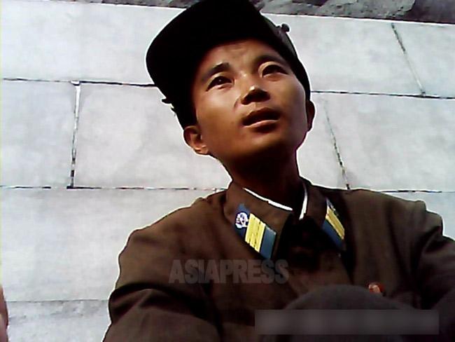 <北朝鮮写真報告>兵隊は辛いよ(5)  かわいそうなほど痩せた若い兵士たち 兵士の飢えは80年代から (写真4枚)
