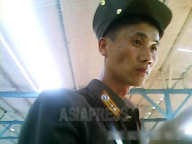 <北朝鮮写真報告>兵隊は辛いよ4  飢え死にまで出る人民軍 「軍事強国」イメージはテレビが (写真4枚)