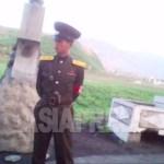 단속을 위해서 가두에 서는 보안원 (경찰관). 2010년6월 평안남도에서 촬영 김동철 (아시아 프레스)