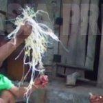 콩나물을 팔기 위해 준비를 하고 있는 노인 여성. 집에는 남편이 영양실조로 병들어 누워있었다. (2010년6월 평안남도 김동철촬영)
