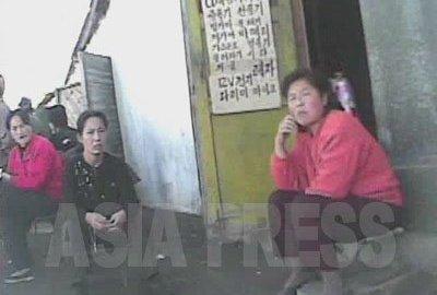 시장에서 판매가 금지돼 있는 텔레비전이나 녹화기 등의 전자제품을 창고에 숨긴 채 팔고 있는 여성들. 국영상점보다 싸고 품종도 많아 호평을 받고 있다. 2008년 10월 황해북도 사리원시 심의천 촬영
