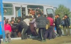 혜산의 한 버스정류장. 버스에 타려는 사람들이 모여 있다. 도착한 버스도 이미 사람들로 가득하다. 2012년 11월 양강도 혜산시. 북한 내부 취재협력자 촬영(아시아프레스)