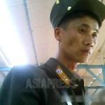 시장에서 물건을 사는 여윈 군인은 장교였다. 2013년 8월 양강도 혜산시에서 촬영 (아시아프레스)