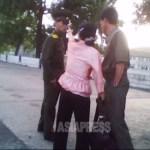 여성이 젊은 경관에 대들며 '너 보안원이면 다야?'라고 매도한다. 2010년 6월 평안남도에서 촬영 김동철(아시아프레스)