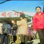 (참고사진)혜산시장 입구 앞에서 주민들이 오가고 있다. 2012년 11월 양강도 혜산시. 북한 내부 취재협력자 촬영(아시아프레스)