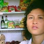 화장을 깨끗하게 한 여성이 협동조합식의 상점에서 과자나 빵을 팔고 있다. 2011년 9월 평양시에서 촬영 구광호(아시아프레스)