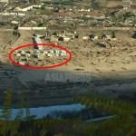 """토사가 뒤덮인 강기슭에 만들어진 천막들. """"수해에 집을 잃은 사람들의 일부가 2개월이 지난 지금까지도 강변에 임시로 거처하고 있다""""라는 촬영자 (아시아프레스)"""