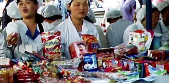 평양 중심부 모란시장의 식품 매장. 일하는 여성들은 점원이 아니라 폭 80센티의 매장 경영자다. 2011년 7월 촬영 구광호(아시아프레스)