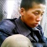 '굶은 데다 선임병에게 구타당하고 군복까지 뺏겼다'라며 민가에 도망쳐 온 병사. 상의는 얻어 입었다. 2013년 7월 북부 지방에서 촬영 '민들레'(아시아프레스)