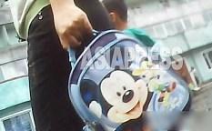 모친이 든 어린이용 미키 마우스 가방. 이 몇 년 다양한 미키 상품이 보이게 되었다. 2013년 8월 양강도 혜산시에서 촬영 '민들레'(아시아프레스)