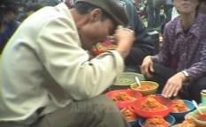 남성이 노점에서 옥수수 국수를 먹고 있다. 촬영된 것은 대기근 중인 1998년 10월. 싸고 양이 많아 당시 가장 일반적인 음식이었다. 강원도 원산시에서 촬영 안 철(아시아프레스)